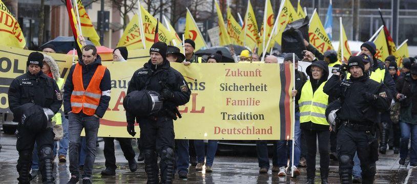 Des manifestants ont défilé dans les rues de Landau, en Allemagne, encadrés par des forces de police, le 9 mars 2019.