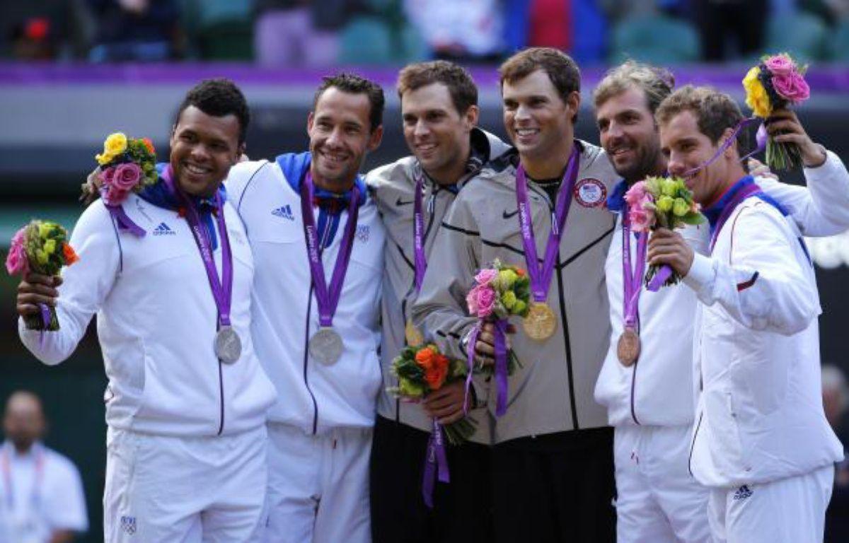 Le podium de l'épreuve du double en tennis, lors des Jeux olympiques de Londres, le 4 août 2012. De gauche à droite: Jo-Wilfried Tsonga, Michael Llodra, Bob et Mike Brian, Julien Benneteau et Richard Gasquet. – M.Blake/REUTERS