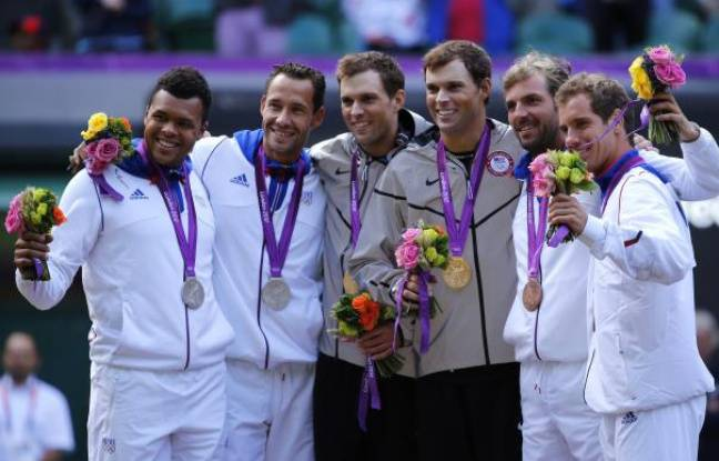 Le podium de l'épreuve du double en tennis, lors des Jeux olympiques de Londres, le 4 août 2012. De gauche à droite: Jo-Wilfried Tsonga, Michael Llodra, Bob et Mike Brian, Julien Benneteau et Richard Gasquet.
