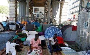 Des migrants dans le campement improvisé sous la station de métro Jean Jaurès à Paris le 19 juillet 2016