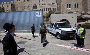 Un garde de sécurité israélien a tué vendredi, apparemment par méprise, un juif au Mur des Lamentations à Jérusalem-Est site hautement symbolique du judaïsme, le prenant pour un activiste palestinien, selon la police.
