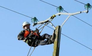 Quelque 5.000 foyers de l'Ouest de la France vont passer la nuit de samedi à dimanche sans électricité, en raison des coupures liées aux intempéries, a-t-on appris auprès d'Electricité réseau distribution France (ERDF).