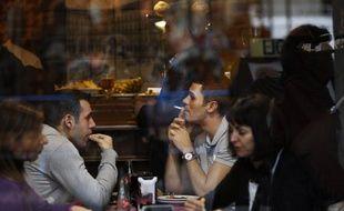 Des fumeurs dans un bar du centre de Madrid, avant l'entrée en vigueur de la nouvelle législation anti-tabac, le 2 janvier 2011.