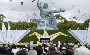 Lâcher de colombes devant la Statue de la paix à Nagasaki, lors des cérémonies de commémoration du 69e anniversaire du bombardement de la ville, le 9 août 2014.