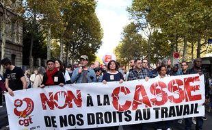 Les manifestants défilent derrière une bannière « non à l'effondrement de nos droits au travail » lors d'une manifestation convoquée par le syndicat des travailleurs de la CGT à Paris le 19 octobre 2017 dans le cadre de rassemblements nationaux contre la réforme du droit du travail. Bertrand GUAY / AFP