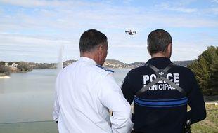 Un policier municipal pilotant un drone