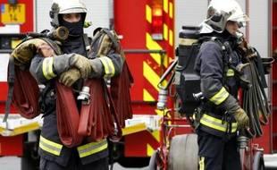Des pompiers sur les lieux d'un incendie à Paris, le 22 octobre 2014