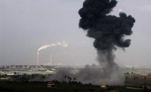 """Israël, engagé dans une """"guerre sans merci"""" contre le Hamas, a attaqué lundi des cibles du mouvement islamiste pour la 3e journée consécutive dans la bande de Gaza où ses raids ont fait 345 morts dont 57 civils, alors que se profile la perspective d'attaques terrestres."""
