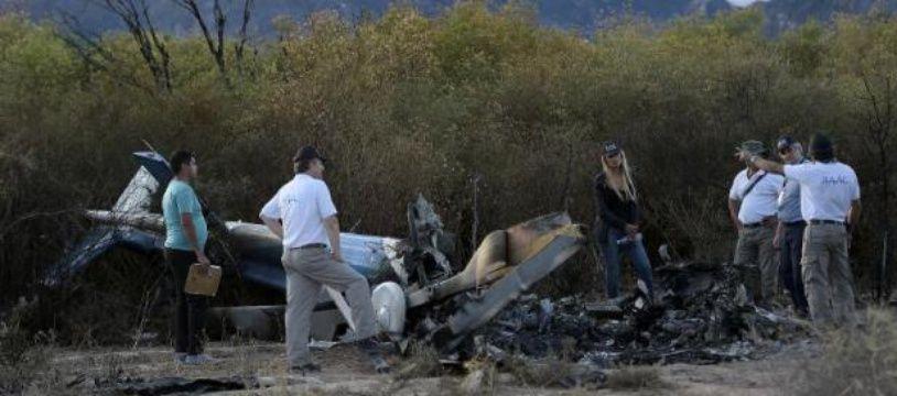 """Des experts sur les lieux du crash d'un des hélicotpères du tournage de """"Dropped"""" en Argentine, le 10 mars 2015"""