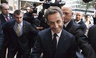 Nicolas Sarkozy lors de son arrivée dans un grand hôtel de New York afin d'y donner une conférence, le 11 octobre 2012.