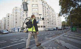 Paris le 10 octobre 2013. Des chercheurs de Meteo-France dans le cadre du projet de recherche Eureka (Evaluation Multidisciplinaire et Requalification Environementale des Quartiers) évaluent la qualité environnementale des rues de Paris. Campagne de mesure inédite à l'échelle du quartier de la porte de Bagnolet.