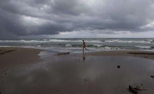 Un nuage a soudain assombri une plage de Californie, effrayant les baigneurs...