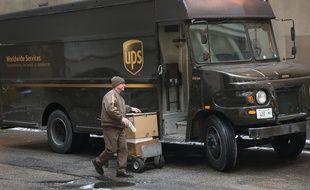 Illustration - Un employé d'UPS lors d'une livraison, à Chicago (Etats-Unis), le 26 décembre 2013