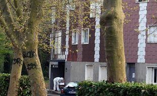 La police scientifique au pied de l'immeuble de Grigny (Essonne) où une femme a été tuée le 5 avril 2012.