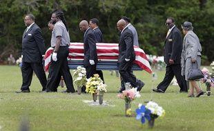 Les funérailles de Walter Scott se sont déroulées à Summerville, le 11 avril 2015, à une trentaine de kilomètres de North Charleston où l'homme de 50 ans, a été touché par cinq balles tirées par Michael Slager, 33 ans, à la suite d'une empoignade.