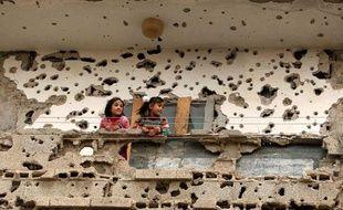 De jeunes Palestiniennes sur le balcon de leur maison à Rafah, Bande de Gaza, le 23 mars 2009.