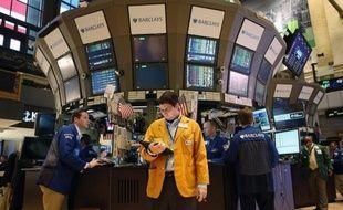 La Bourse de New York évoluait en hausse jeudi après l'ouverture, encouragée par une saison des résultats trimestriels jugée satisfaisante aux Etats-Unis alors que la crise de la dette en Europe semble marquer le pas: le Dow Jones gagnait 0,25% et le Nasdaq 0,80%.