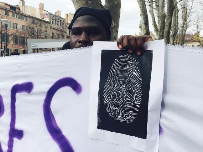 Cette affiche représente les traces d'empreintes qui obligent les migrants à quitter la France.