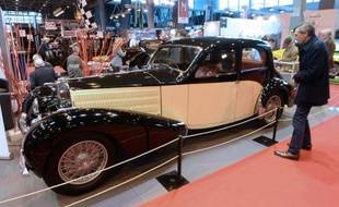 Des visiteurs admirent des vieilles voitures au salon Rétromobile, Porte de Versailles, près de Paris, le 5 février 2014