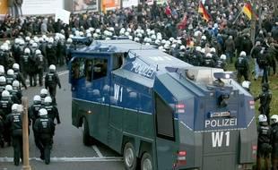 Des forces de police se positionnent pendant la manifestation du mouvement Pegida à Cologne, le 9 janvier 2016