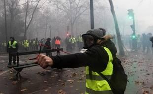 Un manifestant armé d'une fronde lors de l'acte 3 des «gilets jaunes», le 1er décembre 2018 à Paris.