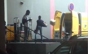 La vidéo montre un employé de La Poste jeter des colis dans son utilitaire.