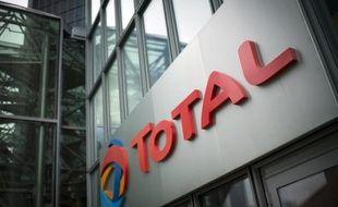 Le logo du groupe pétrolier français Total, à son siège le 21 octobre 2014 à La Défense, près de Paris