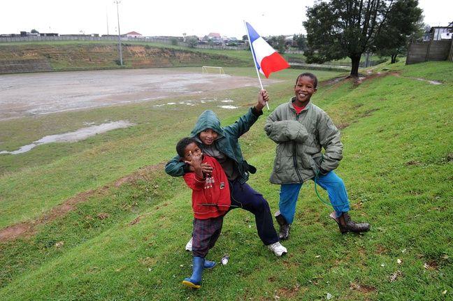 Des enfants près du terrain de foot du township de Dam-se-bos, à Knysna en Afrique du Sud, en juin 2010.