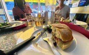 Le pan-bagnat, spécialité niçoise à découvrir en balade gastronomique pour mieux connaître la ville