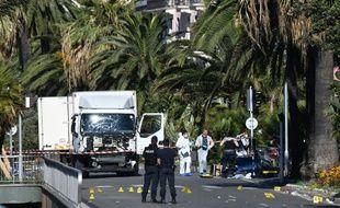 Des enquêteurs autour du camion le 15 juillet 2016 à Nice au lendemain de l'attentat
