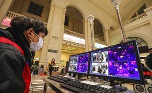 Des caméras thermiques contrôlent la température des voyageurs dans une gare de Wuhan, le 21 janvier 2020.