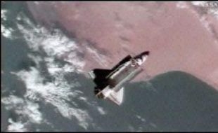 Plus tôt mardi, la Nasa avait décidé de reporter de 24 heures à jeudi, le retour d'Atlantis pour vérifier que cet objet ne soit pas une pièce vitale de la navette telle une tuile thermique ou un débris qui aurait pu heurter et endommager l'orbiteur.