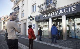Une file d'attente devant une pharmacie à Strasbourg, le 16 mars 2020.