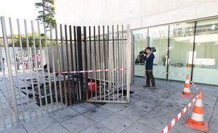 Marseille, le 16 septembre 2013 Lycée Diderot Une voiture volée a été projetée puis incendiée, à une heure du matin, contre le portail.