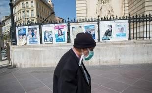 Devant les affiches des elections municipales organisées le 15 mars dernier à Marseille, le 16 avril 2020.