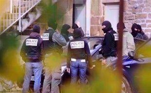 """La cour d'appel de Paris a ordonné mardi la remise en liberté de trois des cinq jeunes incarcérés dans l'affaire des dégradations contre des lignes TGV, un """"premier pas"""" salué par leur avocate Me Irène Terrel."""