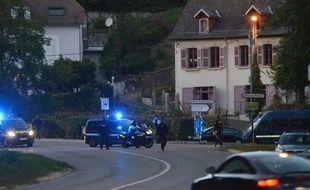 Des véhicules de police lors de la première reconstitution du meurtre, le 24 septembre 2018.