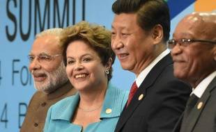 Le Premier ministre indien Narendra Modi, la présidente brésilienne Dilma Rousseff, le président chinois Xi Jinping et le président sud-africain Jacob Zuma lors de la photo de familles des BRICS le 15 juillet 2014 à Fortaleza au Brésil