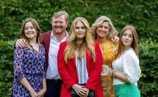 Amalia (au centre), la fille aînée du roi Willem-Alexander et de la reine Maxima, , devrait théoriquement être exclue de la succession au trône si elle épousait une autre femme.