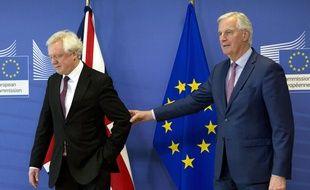David Davis (gauche), négociateur du Brexit pour le Royaume-Uni, et Michel Barnier (droite), négociateur pour l'UE, lors d'une conférence de presse le 19 mars 2018.