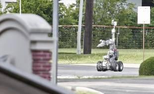 Hutchins (Texas, USA), le 13 juin 2015. La police déploie un robot pour inspecter une voiture suspectée de contenir des explosifs.