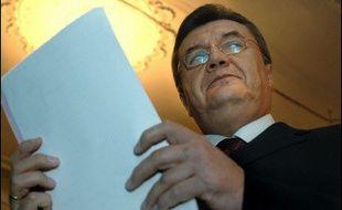 """Le leader de l'opposition pro-russe, Viktor Ianoukovitch, battu par M. Iouchtchenko à la présidentielle de 2004, a quant à lui promis de maintenir des relations """"mutuellement profitables"""" avec l'Union européenne."""