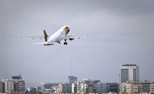 Un avion décolle de l'aéroport de Lisbonne, au Portugal.