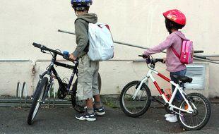 Photo d'illustration d'enfants à vélo.