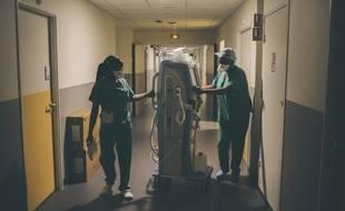 Deux soignantes déplacent un appareil de dialyse à l'hôpital Delafontaine à Saint-Denis.