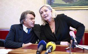 Marine Le Pen et Gilbert Collard lors de la conférence de presse du parti politique d'extrême droite RBM (Rassemblement Bleu Marine) le 4 décembre 2012 à Paris.