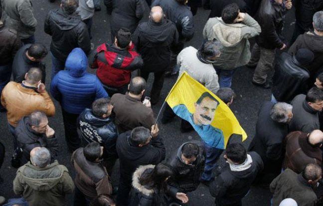 Manifestants devant les locaux du centre d'information du Kurdistan, au  147 rue la Fayette, à Paris, après le meurtre de trois femmes kurde, le  10 janvier 2013.