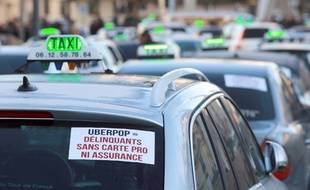 Une manifestation de taxis contre Uber, à Bordeaux, le 10 février 2015.