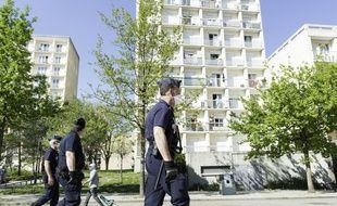 Des policiers patrouillant à Rennes en avril 2020
