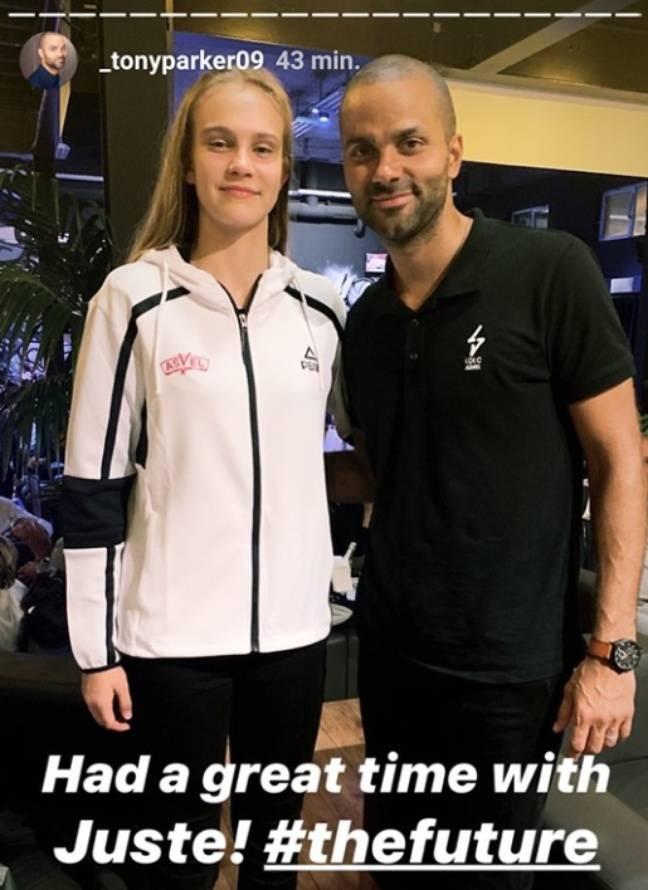 Tony Parker et Juste Jocyte lors de la signature de la jeune Lituanienne à la Tony Parker Academy, centre de formation de l'Asvel.